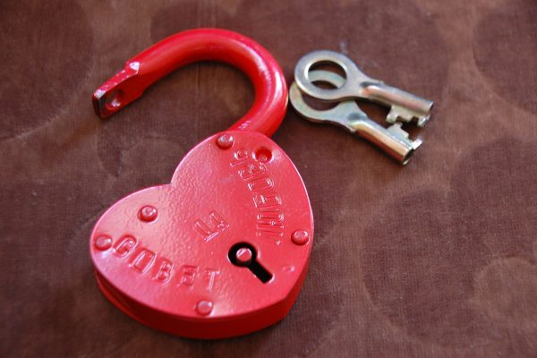 cadenas en forme de coeur et paire de clé, attente